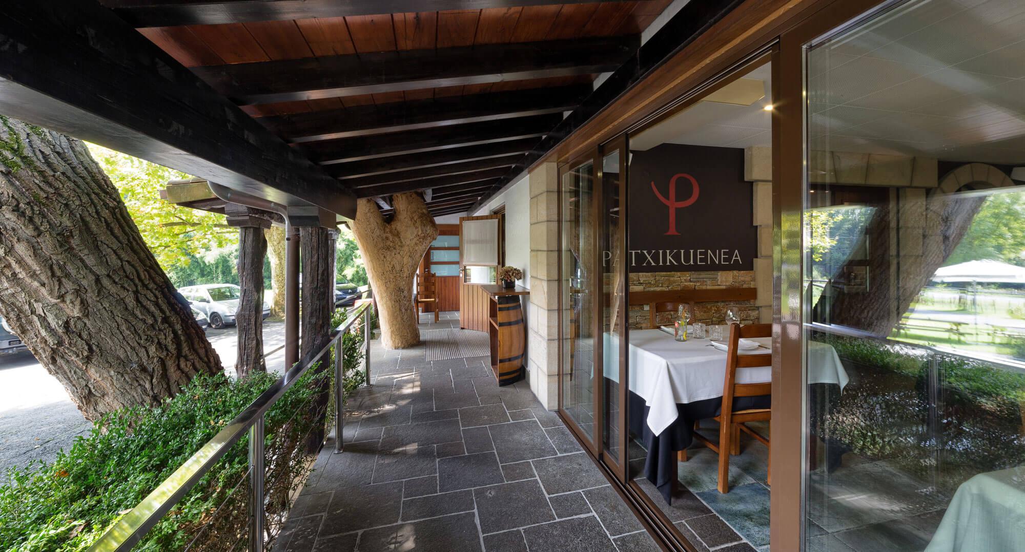 Terraza y entrada del restaurante